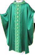 Casula verde - bordado geométrico - confeccionada em cetim - com aplicação de pedrarias - acompanha estola