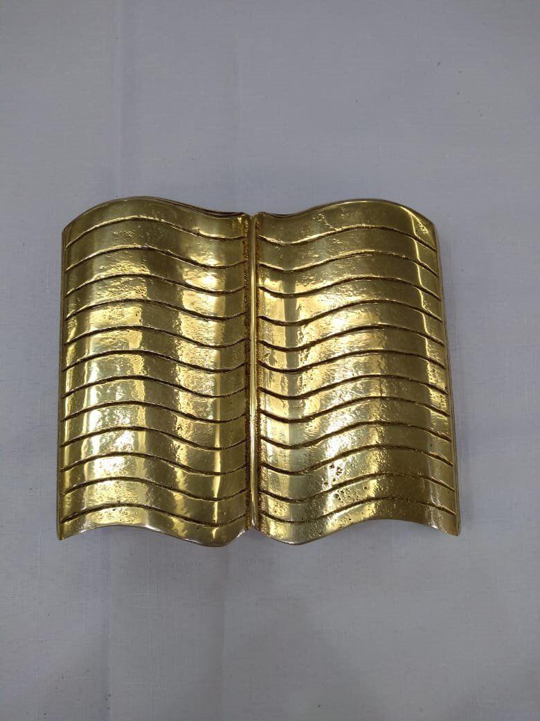 """Aplique modelo """"Bíblia"""" em metal, dourado, para altar ou pedestal para leitura - altura 22cm X 22cm comprimento"""