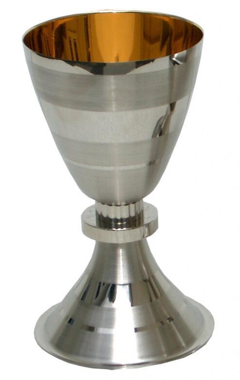 Cálice trabalhado - dourado ou niquelado - altura 17cm - diâmetro da copa 9cm - (acompanha patena)