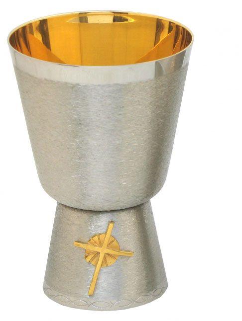 Cálice estlizado com aplique de Cruz com raios na base - dourado ou niquelado - altura 15cm - diãmetro da copa 10cm - (acompanha patena)