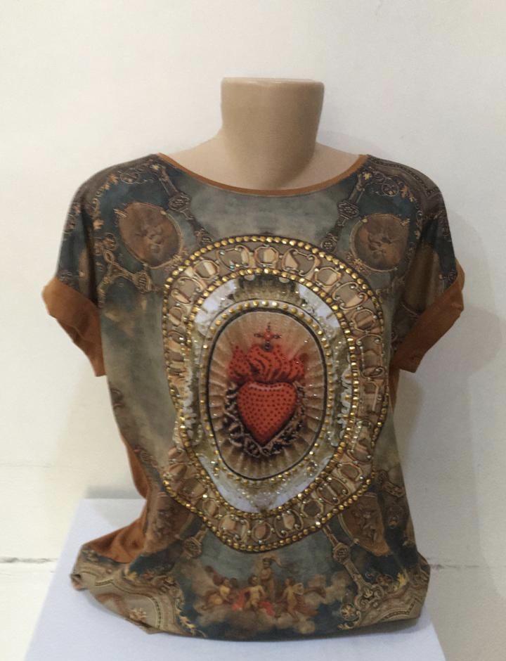 Camiseta estampa Sagrado Coração com bordado