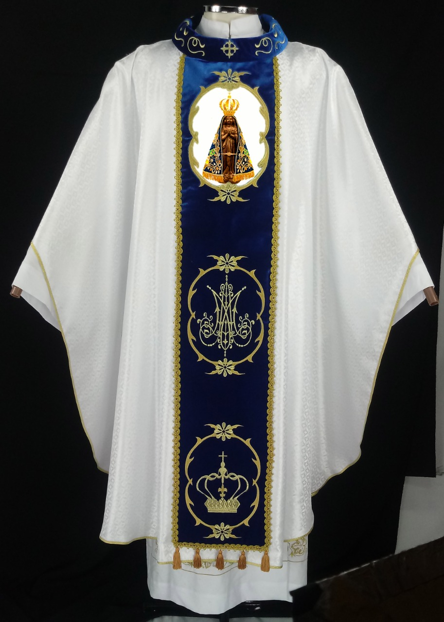 Casula branca com galão em veludo azul e gola bordada - bordado da Nossa Nossa senhora Aparecida
