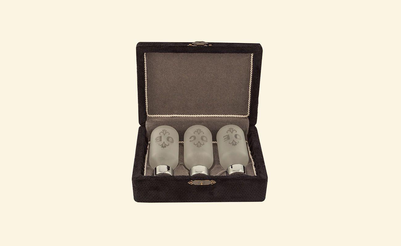 Estojo para Santos Óleos - dourado total ou dourado interno - externo em tecido perlon e interno com tecido aveludado - 6,5x12,5x17,5cm - cor preto - acompanha 3 vidros