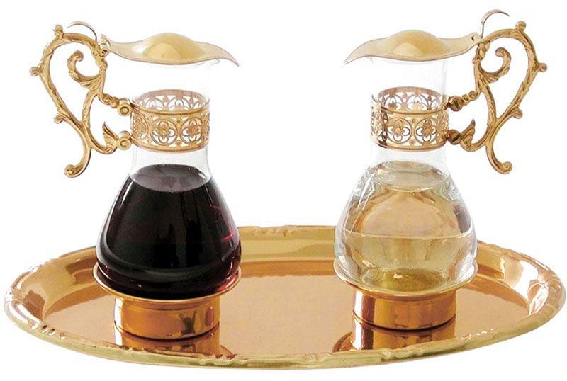 Galheta Clássica trabalhada, fabricada em latão e vidro, com capacidade de 110 ml cada, disponíveis nos banhos dourado e niquelado