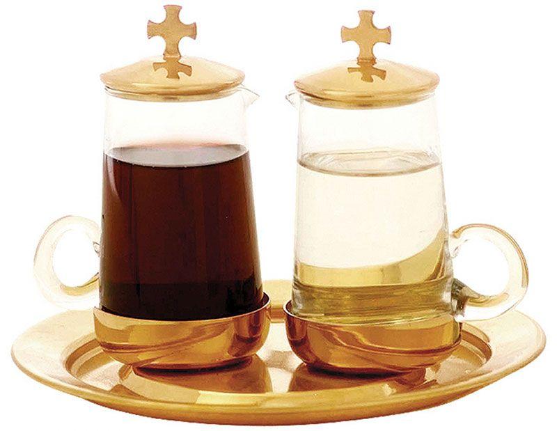 Galheta lisa com cruz na tampa, fabricada em latão e vidro, com capacidade de 100 ml cada, disponíveis nos banhos dourado e niquelado