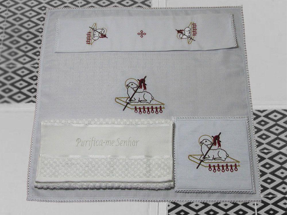 Jogo de Altar / Alfaia (10441), 16x16cm, bordado cordeiro imolado, composto por 4 peças: Corporal, Sanguíneo, Manustérgio e Pala (pala removível)