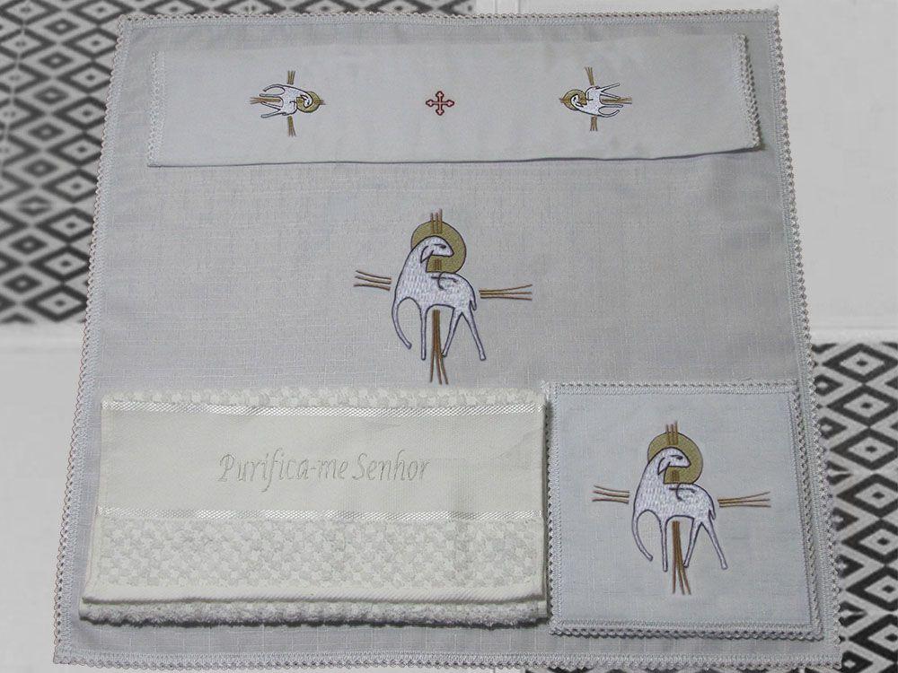 Jogo de Altar / Alfaia (1001), 16x16cm, bordado cordeiro imolado, composto por 4 peças: Corporal, Sanguíneo, Manustérgio e Pala (pala removível)