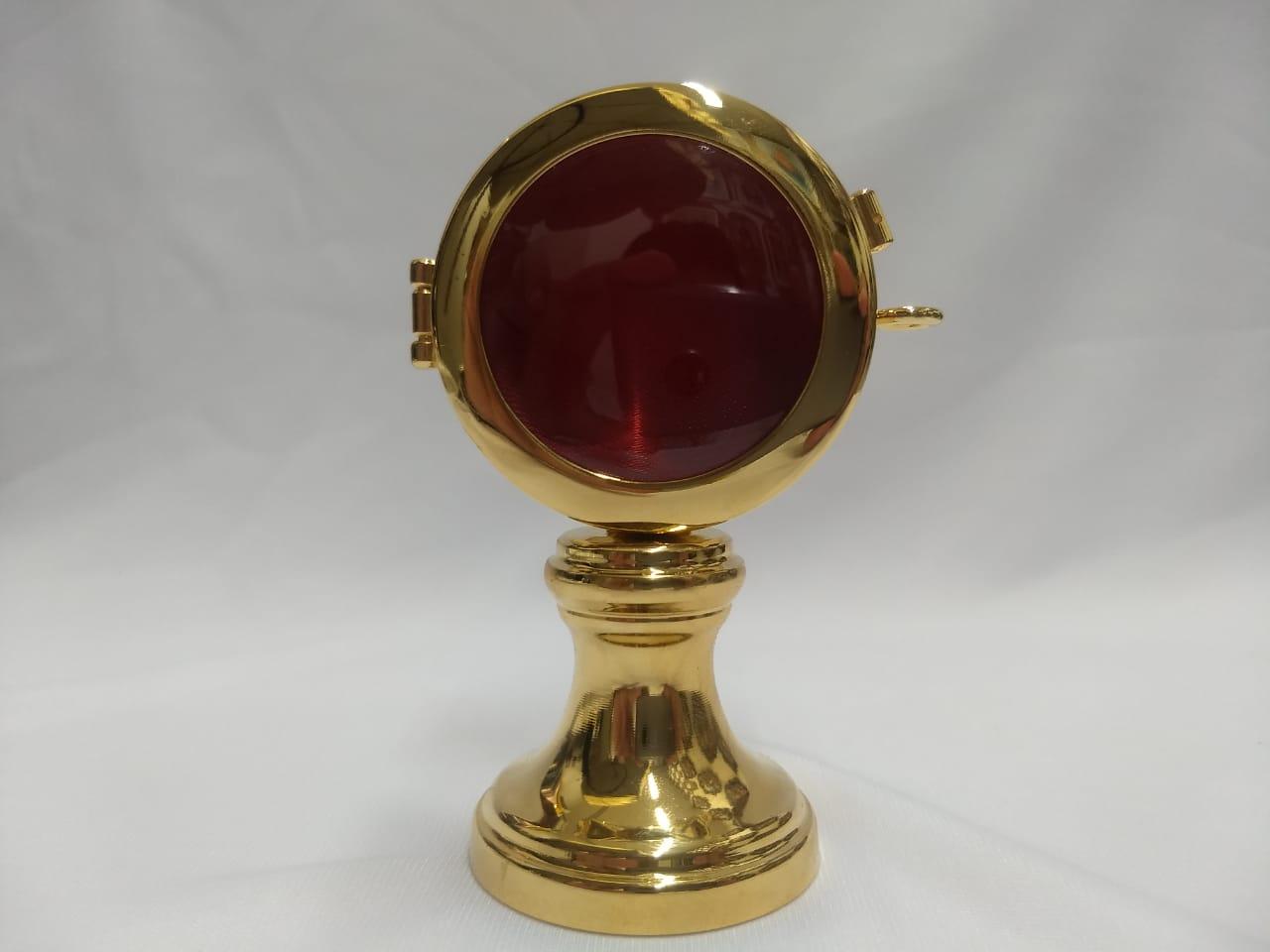 Relicário Italiano (importado) banhado à ouro com veludo vermelho no interior da peça, altura 9cm X 5cm largura