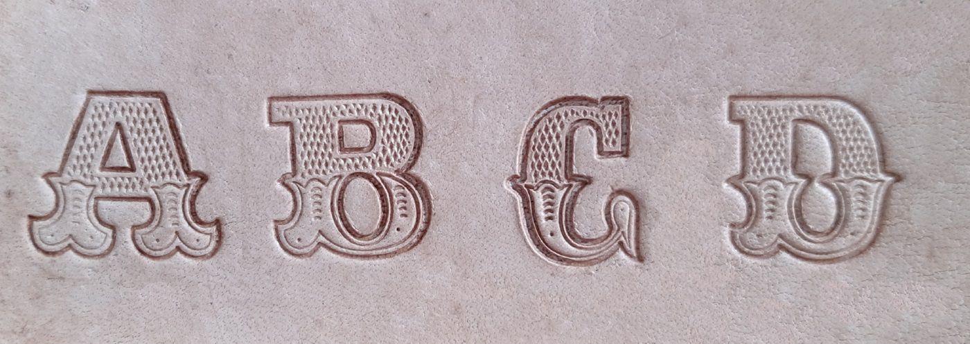 Letreiro/ Alfabeto / Abecedário Para Bordar Em Couro 3/4 Furadinho.