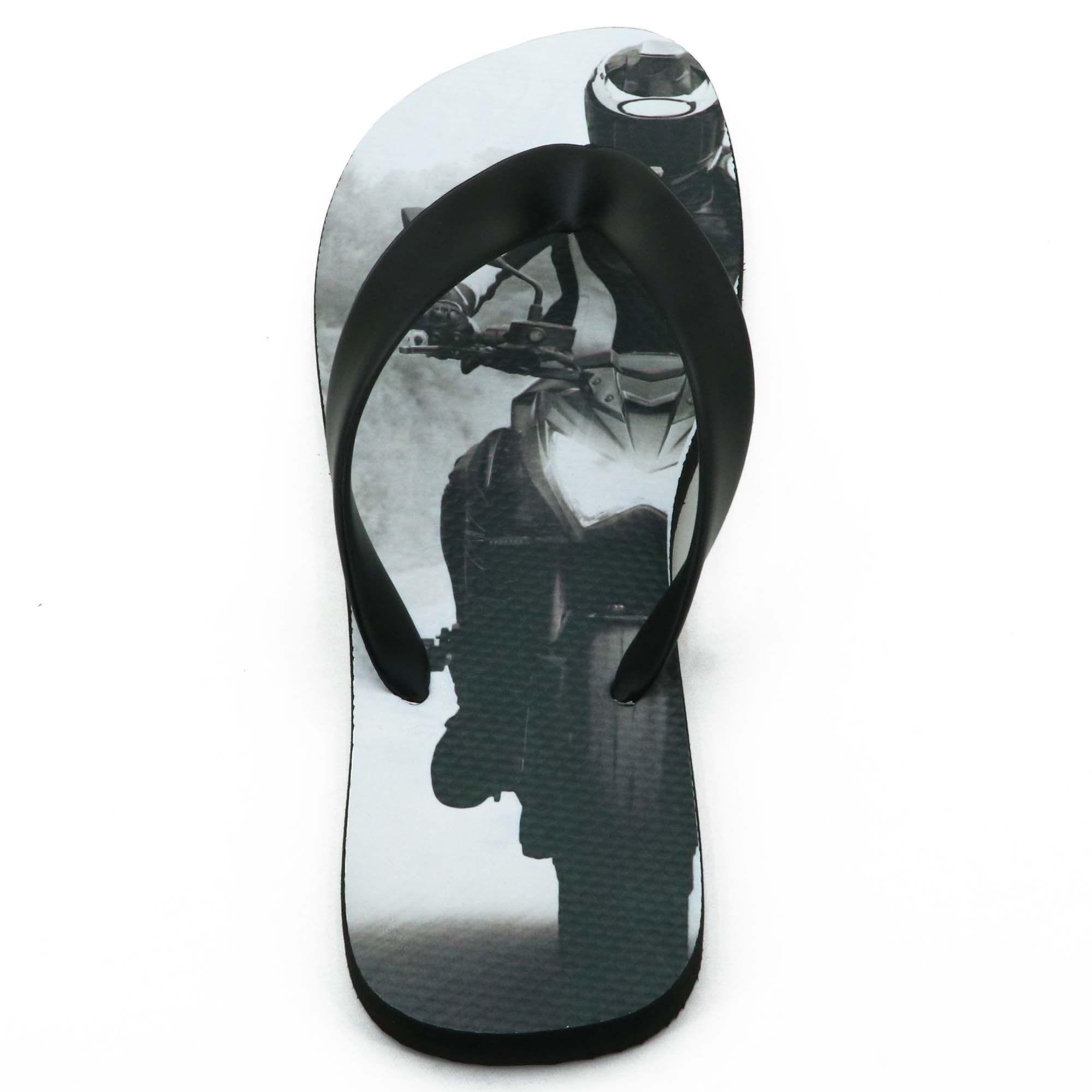 Botinha motociclista de couro nas cores preto e prata com um par de chinelo estampado 271
