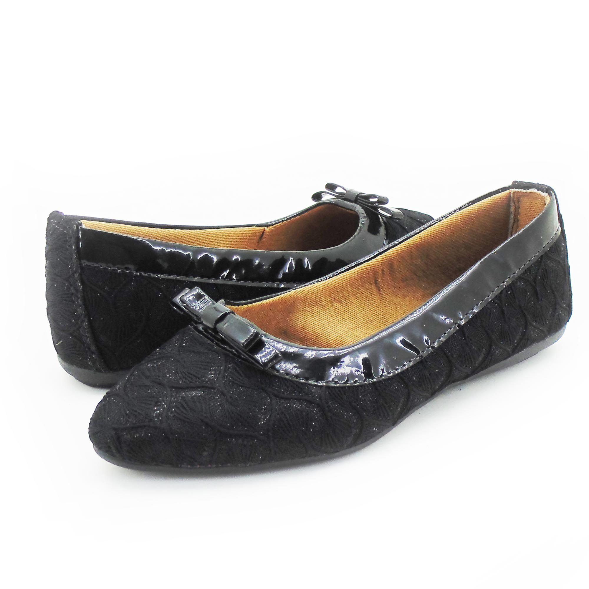 Sandália feminina preta com detalhes no couro