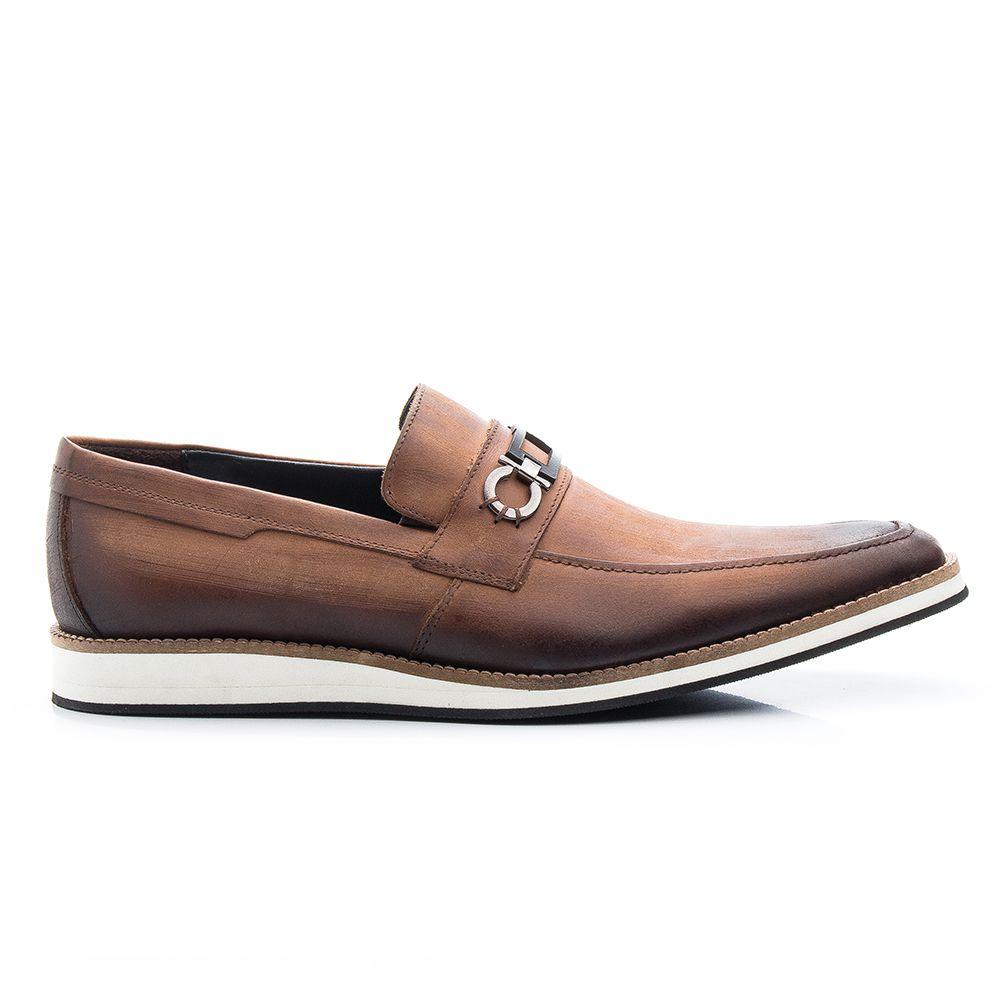 Sapato social bico fino em couro whisky com fivela 521