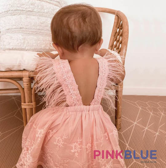 Vestido body com plumas