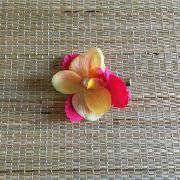 Presilha Orquídea Amarela com Pérola e Folhas Rosas