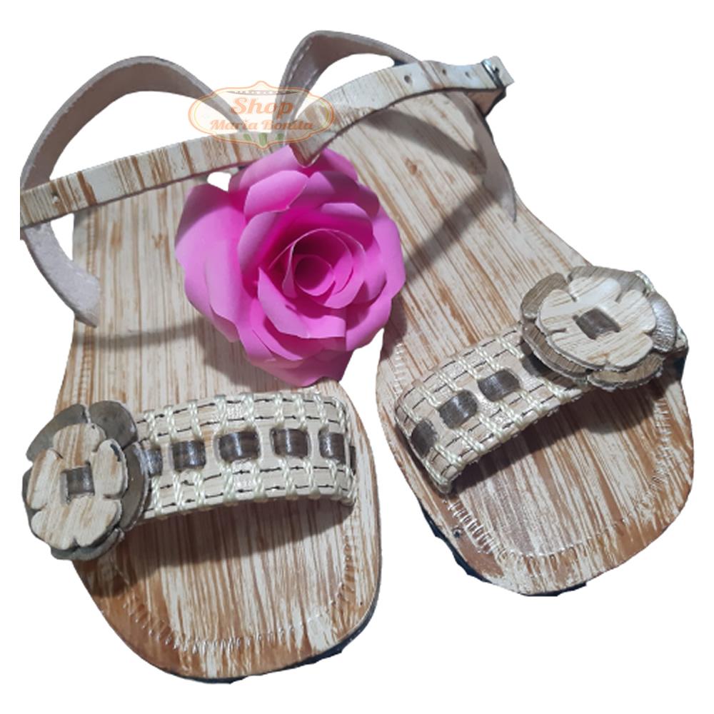 Sandália em Couro Bordada com Flor