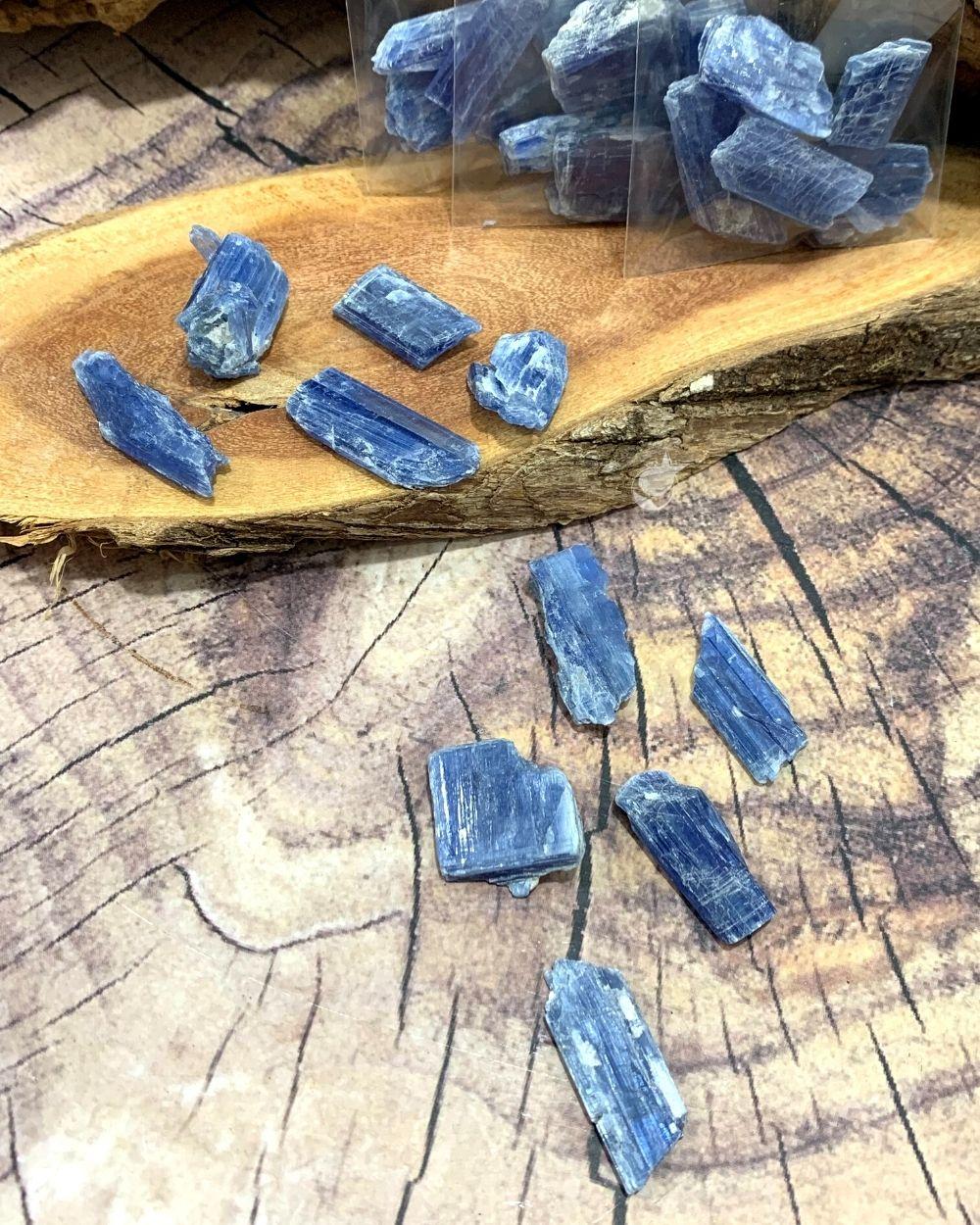 CIANITA AZUL BRUTA - PACOTE  15g (4 a 5 pedras)