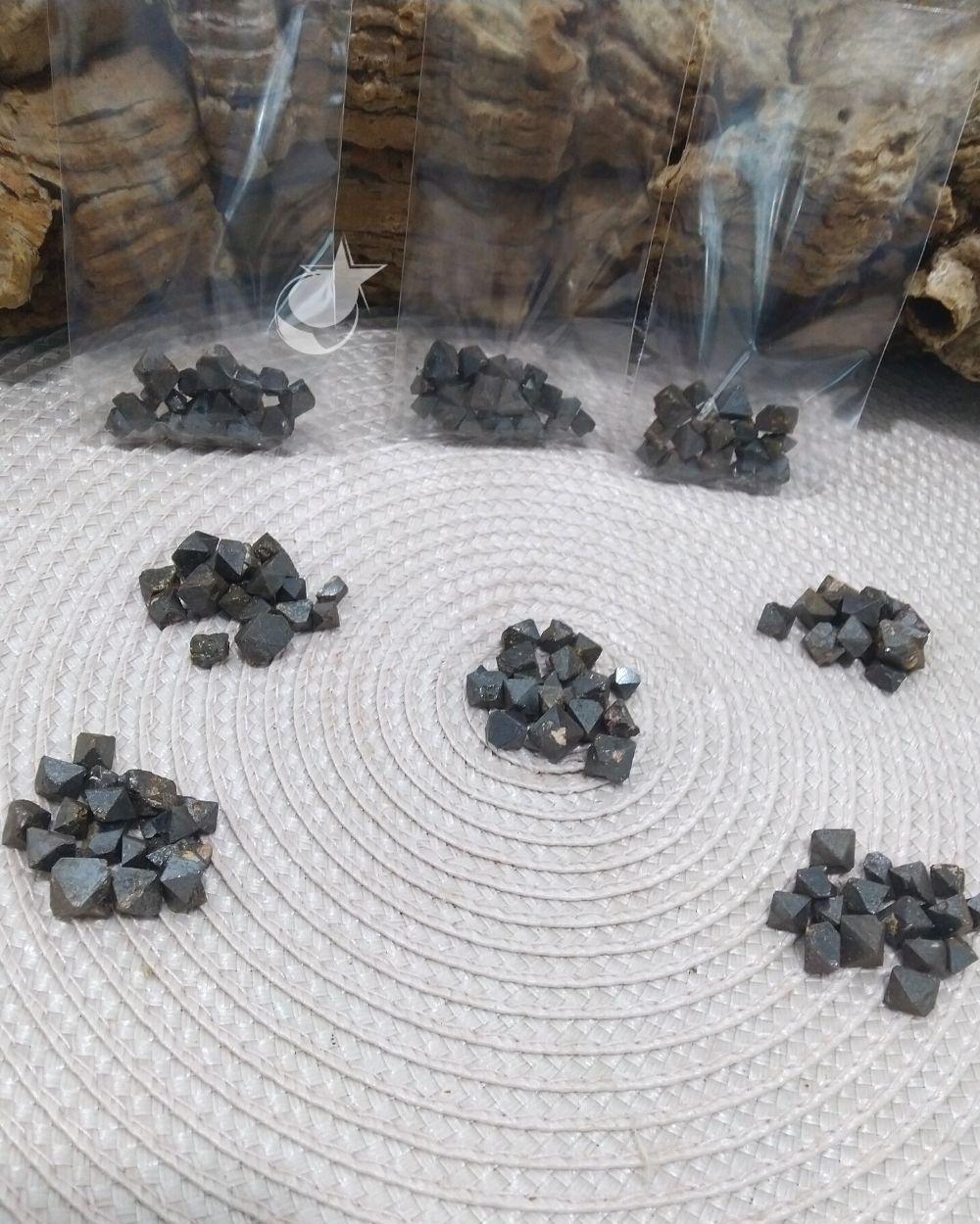 MAGNETITA BRUTA - SAQUINHO 10g - (10 a 14 pedras)