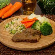 Carne assada ao molho especial, arroz Integral com brócolis e mix de legumes
