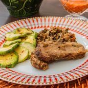 Carne assada ao molho especial, escabeche de berinjela e abobrinha grelhada
