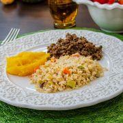 Carne moída, arroz à grega e purê de mandioquinha salsa