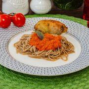 Coxa de frango recheada com farofa de quinoa, espaguete de espinafre e molho pomodoro