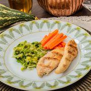 Espaguete de abobrinha, molho de frango, filé de frango grelhado e cenoura no vapor