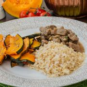 Estrogonofe de carne, arroz integral e abóbora cabotiá assada