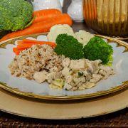 Estrogonofe de frango, arroz 7 grãos e mix de legumes