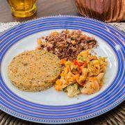 Farofa de quinoa, marinada de legumes com cogumelo e hambúrguer vegano