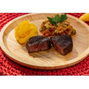 Filé Mignon, mandioquinha salsa, e marinada de legumes