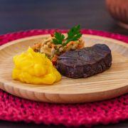 Filé mignon, mandioquinha salsa e marinada de legumes