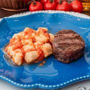 Nhoque de batata-doce, molho pomodoro e filé mignon grelhado