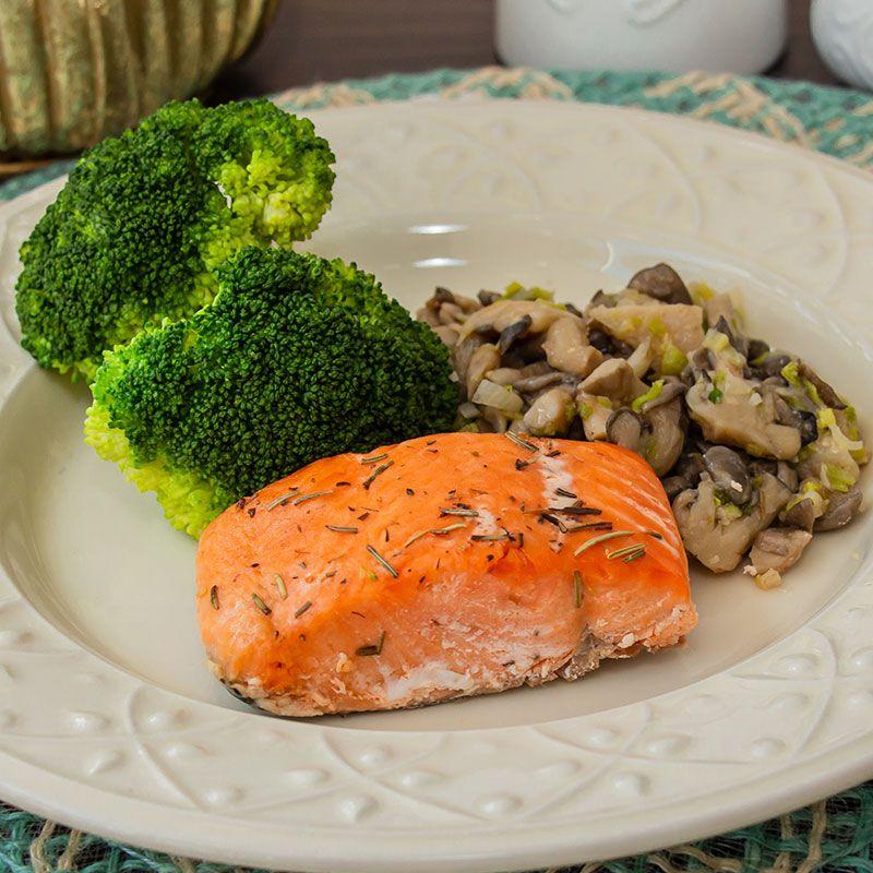 Filé de salmão, shimeji na manteiga ghee e brócolis no vapor
