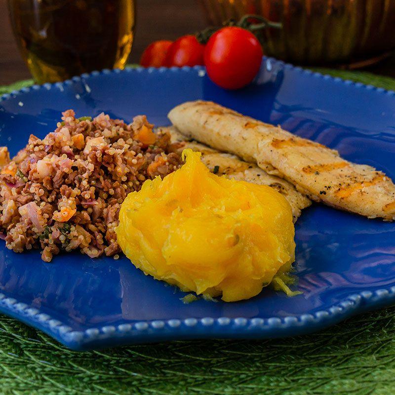 Filé de tilápia grelhado, farofa de quinoa e purê de mandioquinha salsa