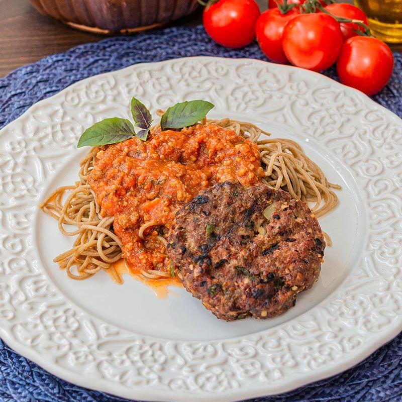 Hambúrguer de carne, espaguete de espinafre e molho bolonhesa