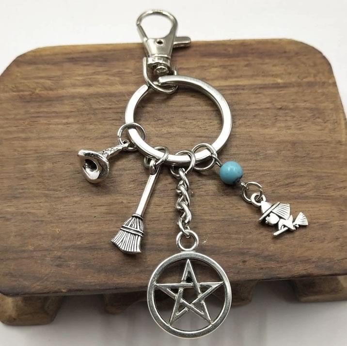 Chaveiro Amuletos Wiica com Bruxinha e Vassoura