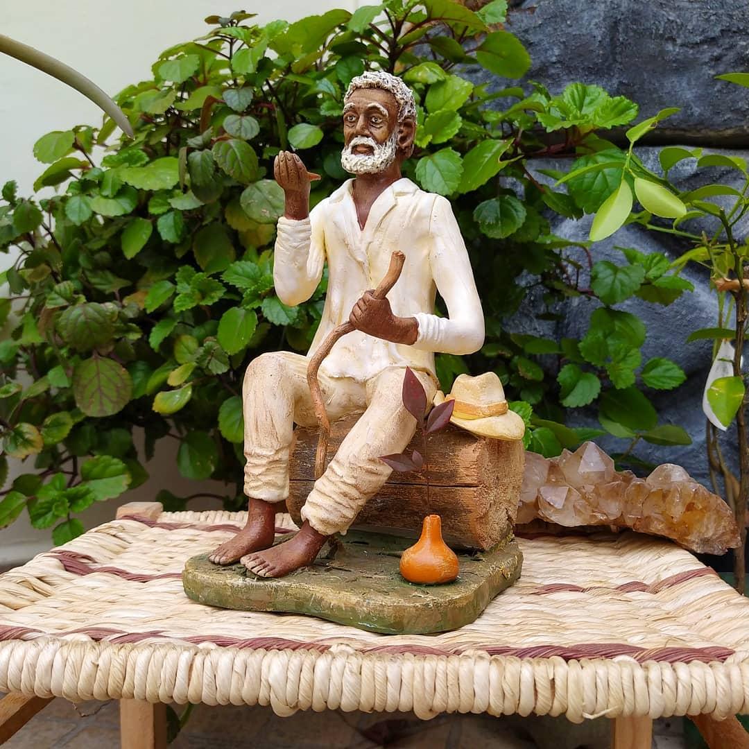 Estátua Preto Velho Sentado (23cm)