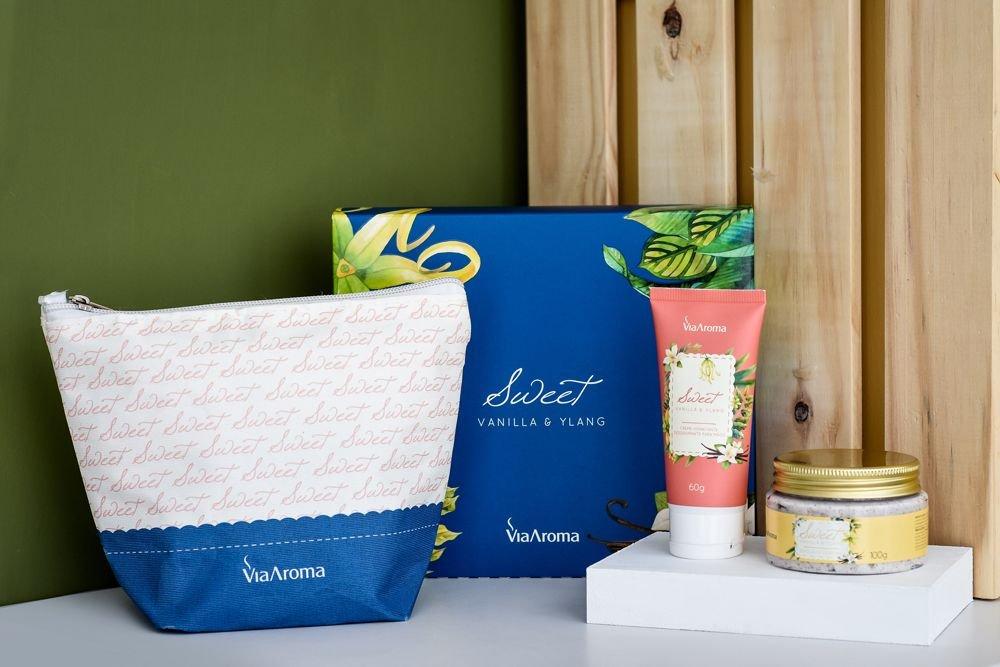 Kit Sweet com Nécessaire, Esfoliante e Creme Hidratante (Vanilla & Ylang)