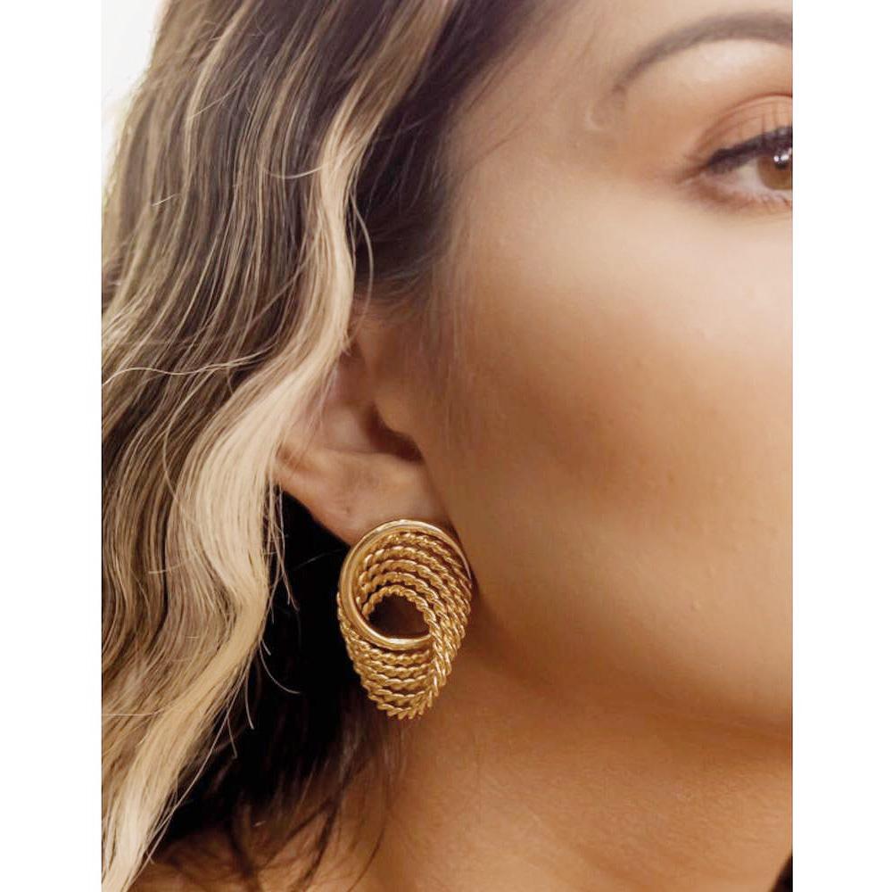 Brinco Círculo Espiral Dourado Semijoia Banhada a Ouro 18k