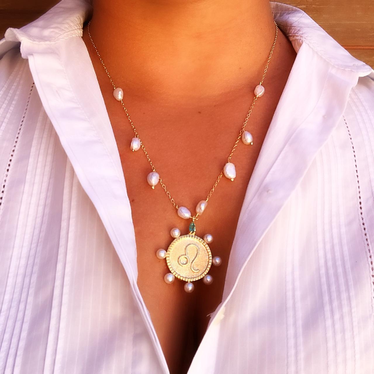 Colar Medalha Signos do Zodíaco com Pérolas e Banho Ouro 18K
