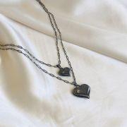 Colar Duplo em Corrente Cartier com 2 Pingentes de Coração Banhado em Ródio Negro
