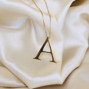 Colar Letra Lisa Banhado em Ouro 18k