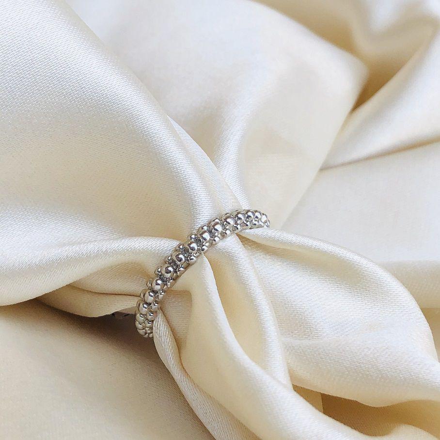 Anel com Textura de Bolinhas Banhado em Ródio Branco