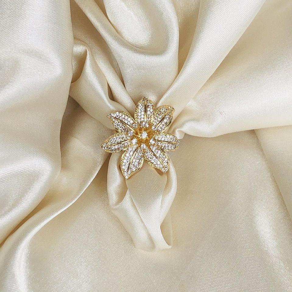 Anel Maxi Flor Cravejada em Cristal Banhado em Ouro 18K
