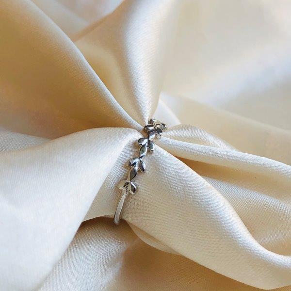 Anel Raminho de Folhas Banhado em Ródio Branco