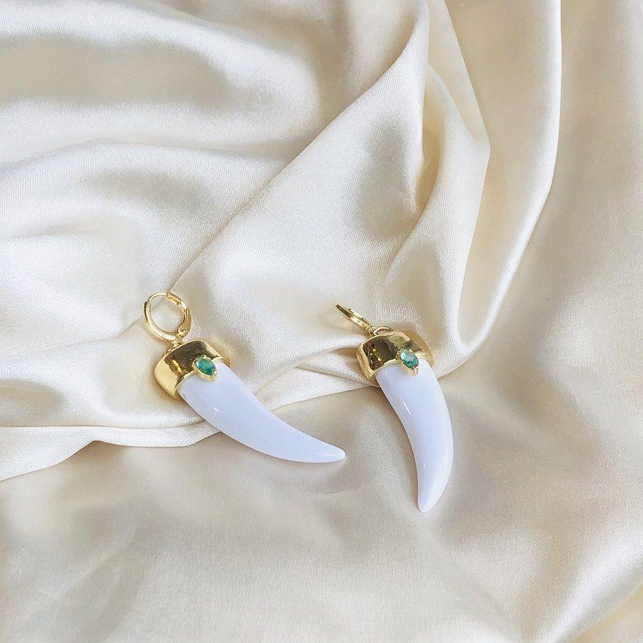 Argolinha com Dente Grande Resina Branca Banhada em Ouro 18k