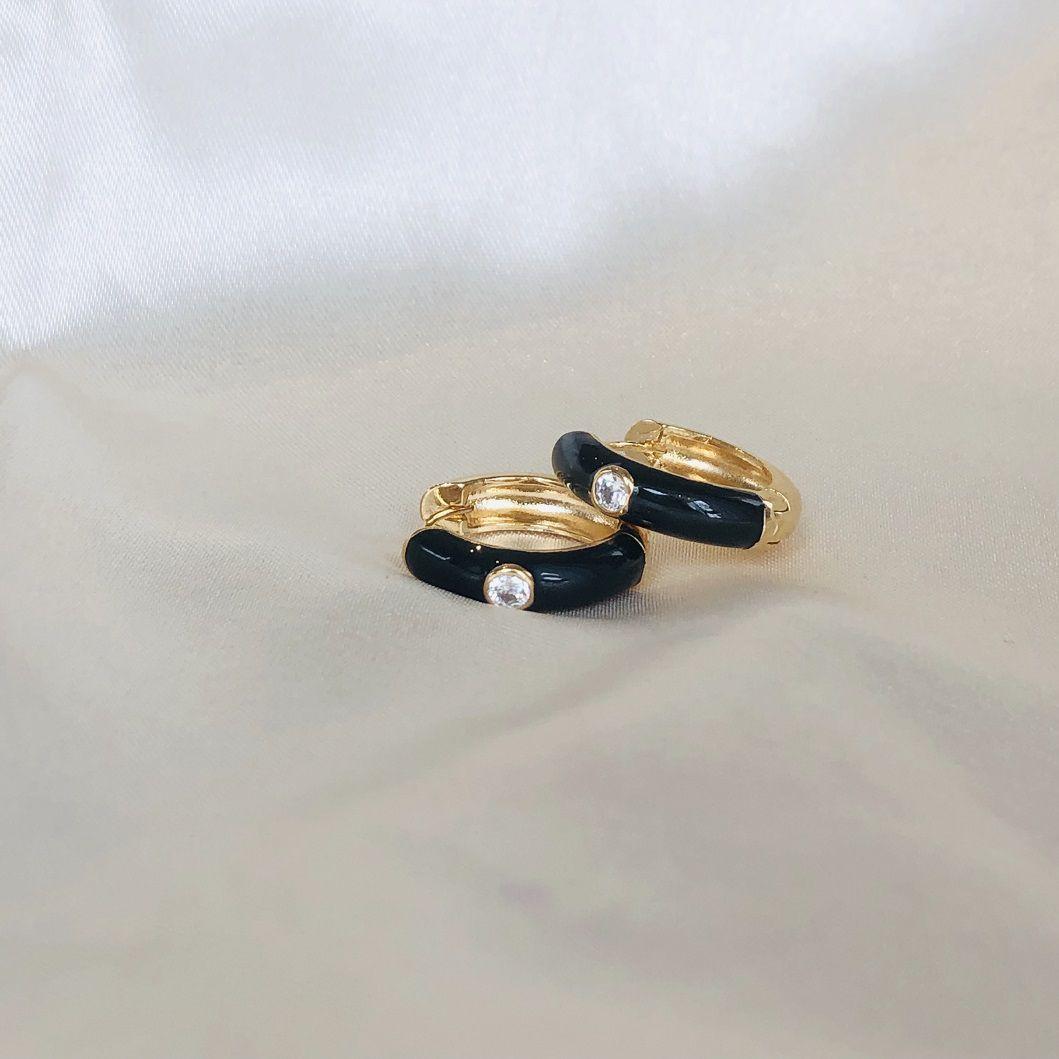Argola com Resina Preta e Zircônia Cristal Banhada em Ouro 18k