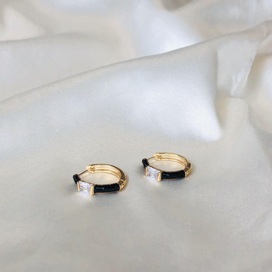 Argola com Resina Preta e Zircônia Retangular Cristal Banhada em Ouro 18k