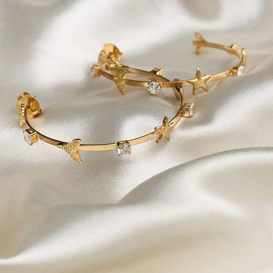 Argola com Zircônias e Detalhes Sereia Banhada em Ouro 18k