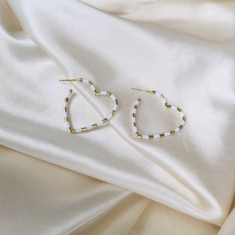 Argola Coração Resina Branca Banhado em Ouro 18k
